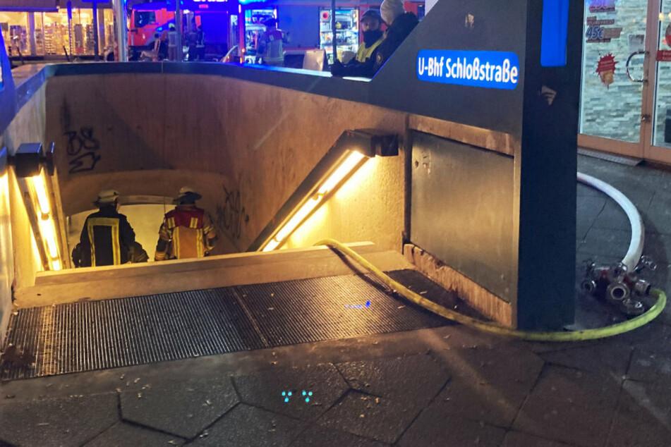 Feuerwehrleute gehen an der Schloßstraße in Steglitz in einen Eingang der U-Bahn.