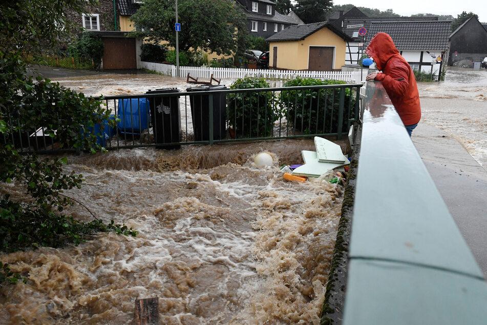In der Ortschaft Balken in Leichlingen hat sich die Wupper zu einem reißenden Fluß entwickelt, die Fluten strömen durch die Stadt.
