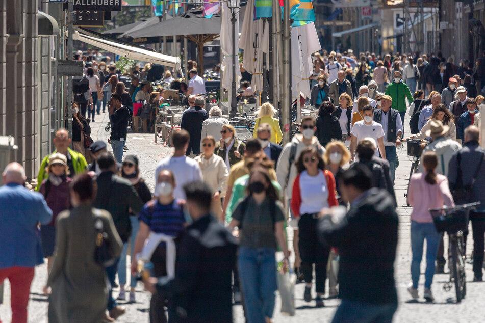 Leben in München: Passanten laufen wieder gut gelaunt bei bestem Wetter durch die Fußgängerzone in der Innenstadt.