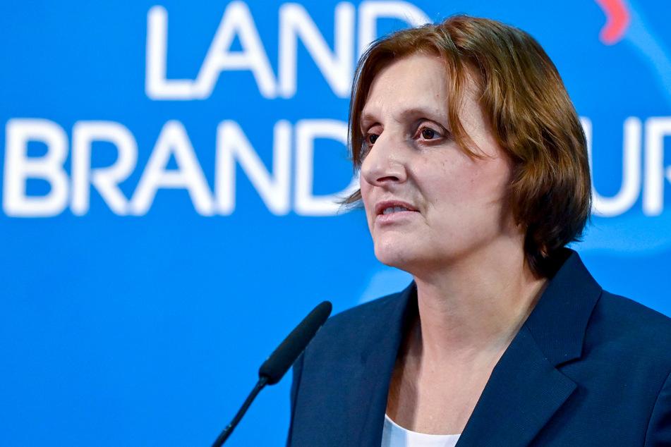 Laut Brandenburgs Bildungsministerin Britta Ernst (60 SPD) sollen alle Schüler noch im März zurück in die Schulen.