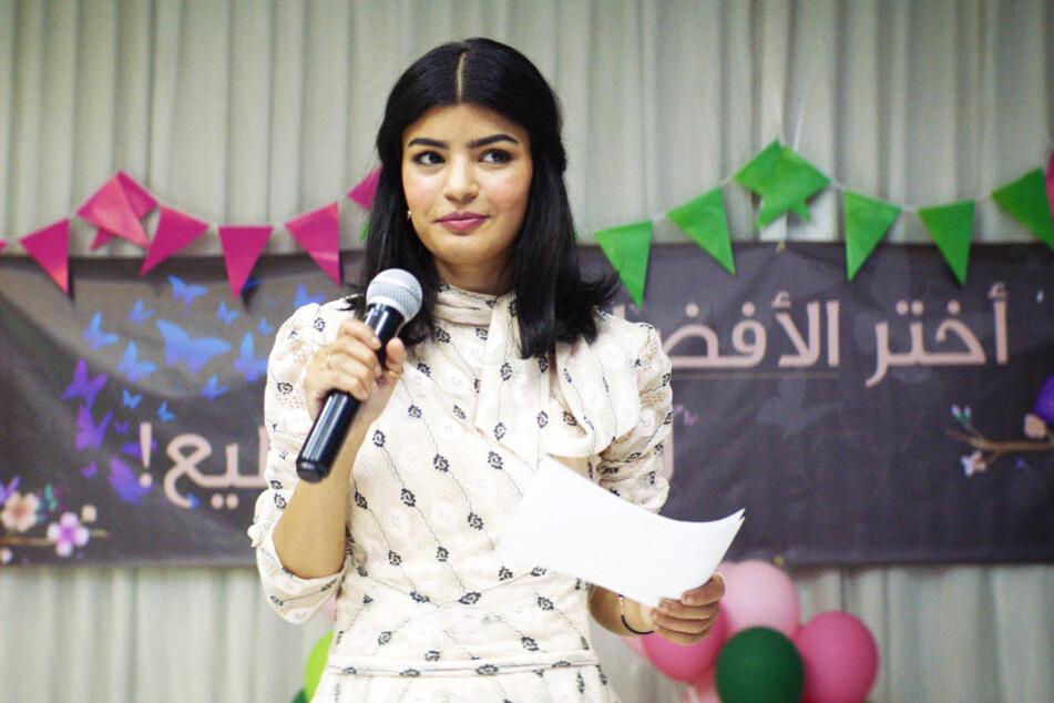 Öffentlicher Auftritt: Maryam (Mila Al Zahrani) setzt sich für ihre Überzeugungen ein.