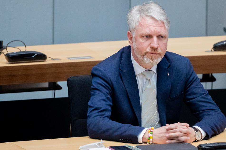 Sebastian Scheel (Die Linke), Stadtentwicklungssenator von Berlin, sitzt bei der 76. Plenarsitzung des Berliner Abgeordnetenhauses auf der Regierungsbank.