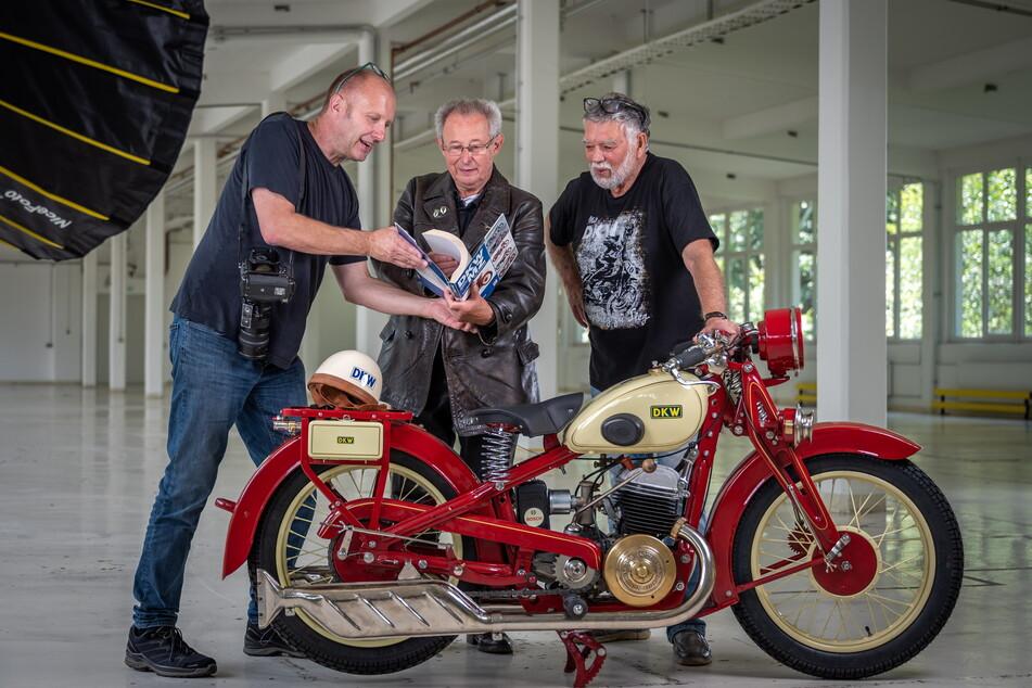 """Fotograf Detlev Müller (57, v.l.n.r.), """"Luxus 500""""-Besitzer Reiner Mattheß (74) und Frieder Bach (77) arbeiten am neuen DKW-Buch."""