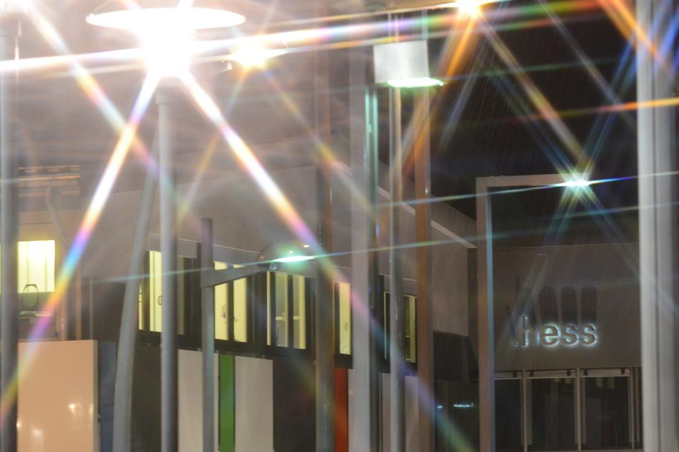 Die Außenaufnahme bei Nacht zeigt das Gebäude der Hess AG in Villingen-Schwenningen. (Archiv)