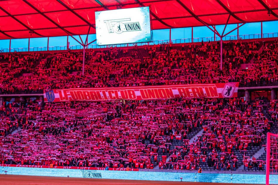 Der Innenraum des Berliner Olympiastadions wird im Vorfeld der Partie in rotes Licht getaucht. Mehr als 22.000 Union-Fans haben den Weg in den Westteil Berlins gefunden und für eine Gänsehaut-Atmosphäre gesorgt.