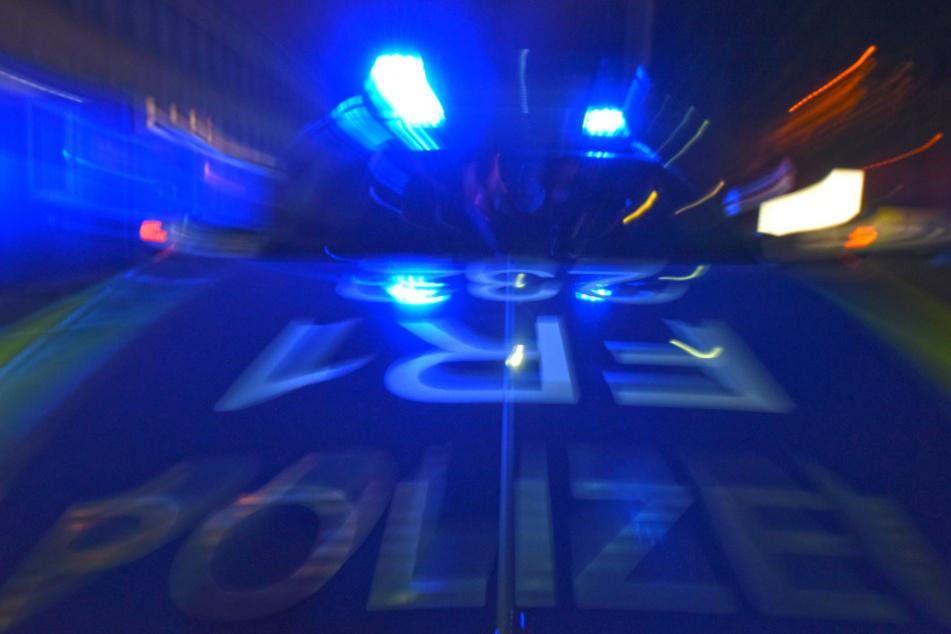 Ein Polizeifahrzeug steht mit Blaulicht auf der Straße. (Symbolbild).