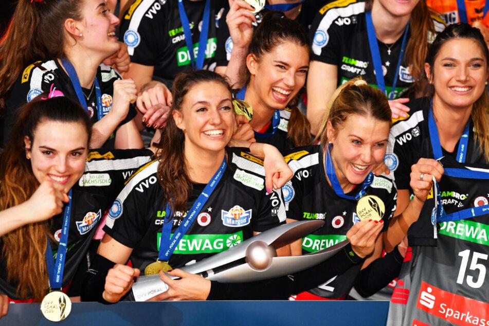 Lena Stigrot hält jubelnd den DVV-Pokal in ihren Händen. Auch nächste Saison ist sie mit dem DSC heiß auf Titel.