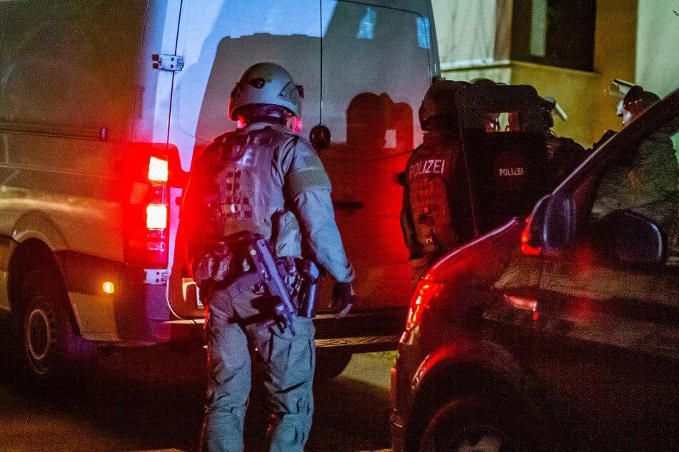 Mehrere Einsatzkräfte des SEK versammeln sich vor einem Haus in Marbach.
