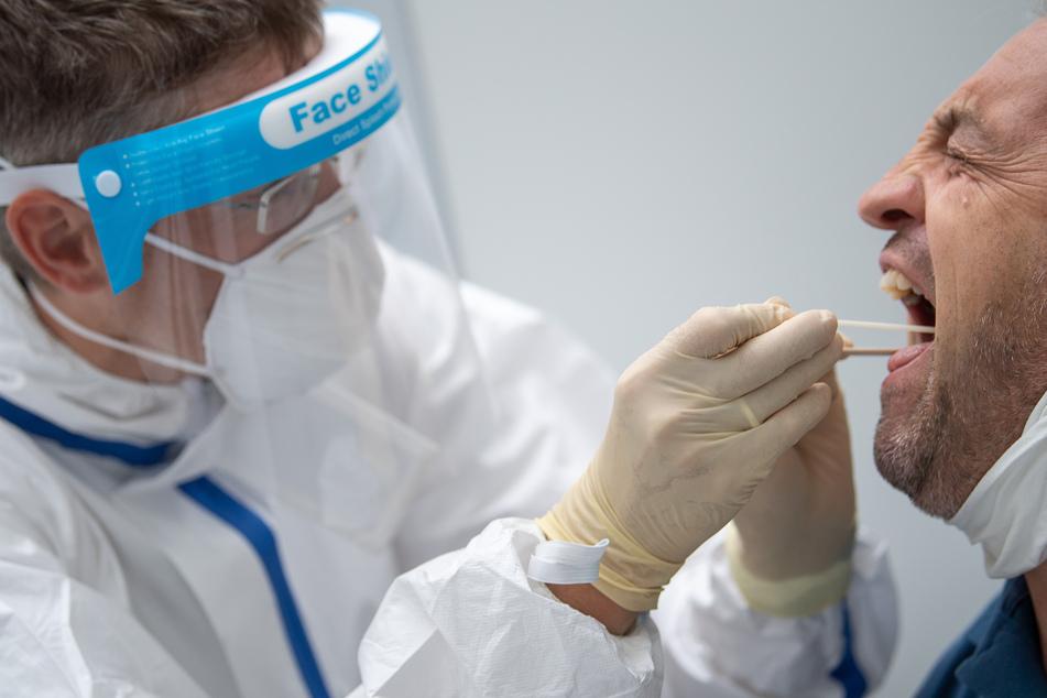 Steht der Verdacht einer Sars-CoV-2-Infektion im Raum, wird ein Diagnose-Test vorgenommen.