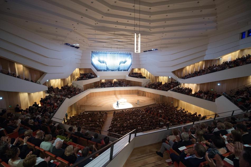 Gäste sitzen im Kulturpalast Dresden während eines Konzerts im Rahmen der Musikfestspiele auf ihren Plätzen.