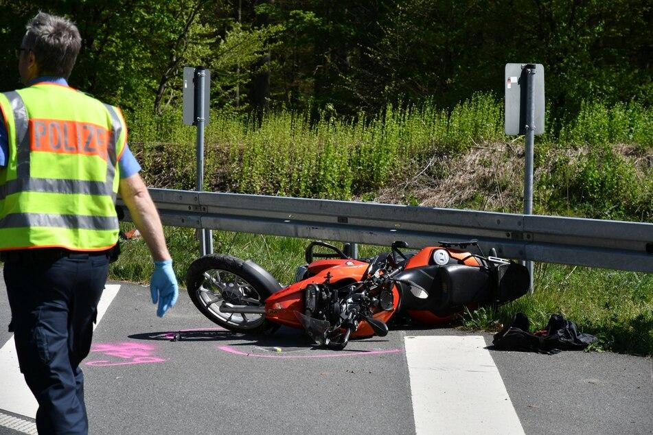 Motorrad prallt gegen Leitplanke: Fahrer reanimiert - Lebensgefahr