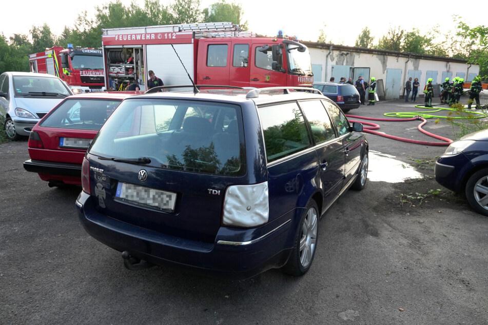 Auch einige geparkte Autos wurden bei dem Brand beschädigt.