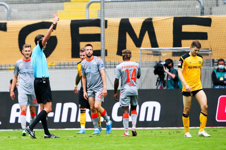Schiedsrichter Deniz Aytekin (2.v.l.) zeigte Dynamo-Verteidiger Robin Becker (r.) nur wenige Sekunden nach dessen Einwechslung wegen einer Notbremse die Rote Karte.