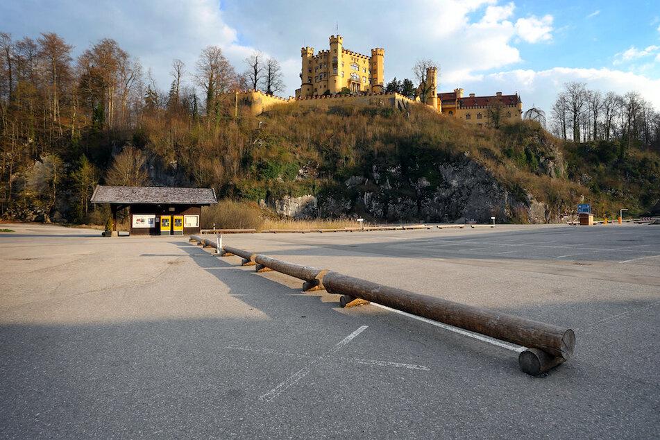 Kein Auto steht auf dem normalerweise in der Ferienzeit stark frequentierten Parkplatz unterhalb von Schloss Hohenschwangau.