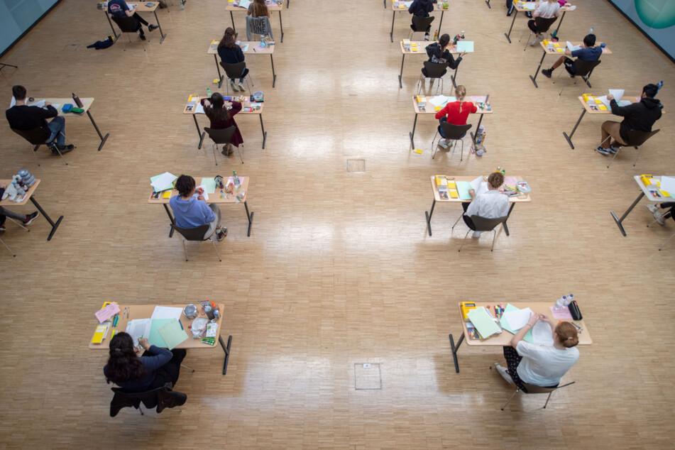 Am Dienstag starten für Zehntausende Schüler die Abschlussprüfungen. (Symbolbild)