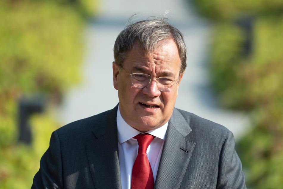 Düsseldorf: Armin Laschet (CDU), Ministerpräsident von Nordrhein-Westfalen, steht am Rednerpult.