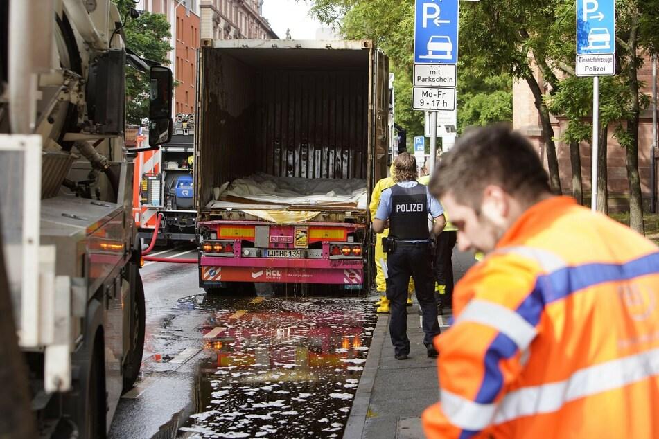 Der Lkw-Fahrer hatte scheinbar ein Leck nicht bemerkt und verteilte den schmierigen Apfelsirup auf der Straße.