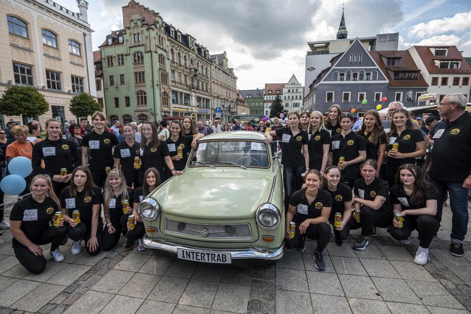 Die Damen vom BSV Sachsen Zwickau und den Fliegenden Sachsen freuen sich auf dem Hauptmarkt über den gelungenen Rekordversuch.