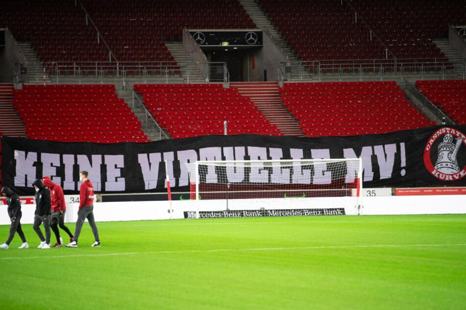 """Beim Heimspiel des VfB Stuttgart gegen den 1. FSV Mainz 05 war in der Mercedes-Benz Arena ein Banner zu sehen, auf dem """"Keine virtuelle MV!"""" stand."""