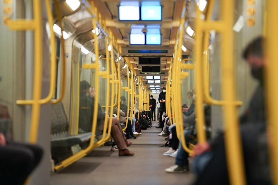 Nur wenige Fahrgäste sitzen in der U-Bahn Richtung Hermannstraße.