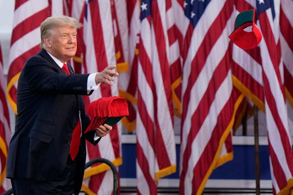 Bei einem Auftritt in Ohio verteilte Ex-US-Präsident Donald Trump (75) Hüte an seine Fans.