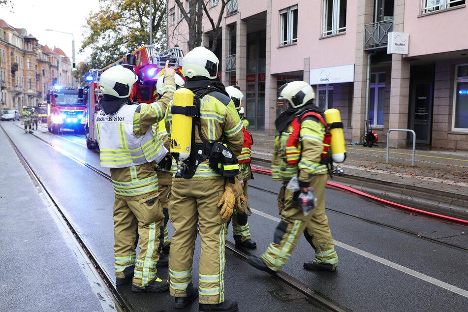 Zahlreiche Feuerwehrleute brachten den Brand auf der Lockwitzer Straße unter Kontrolle.
