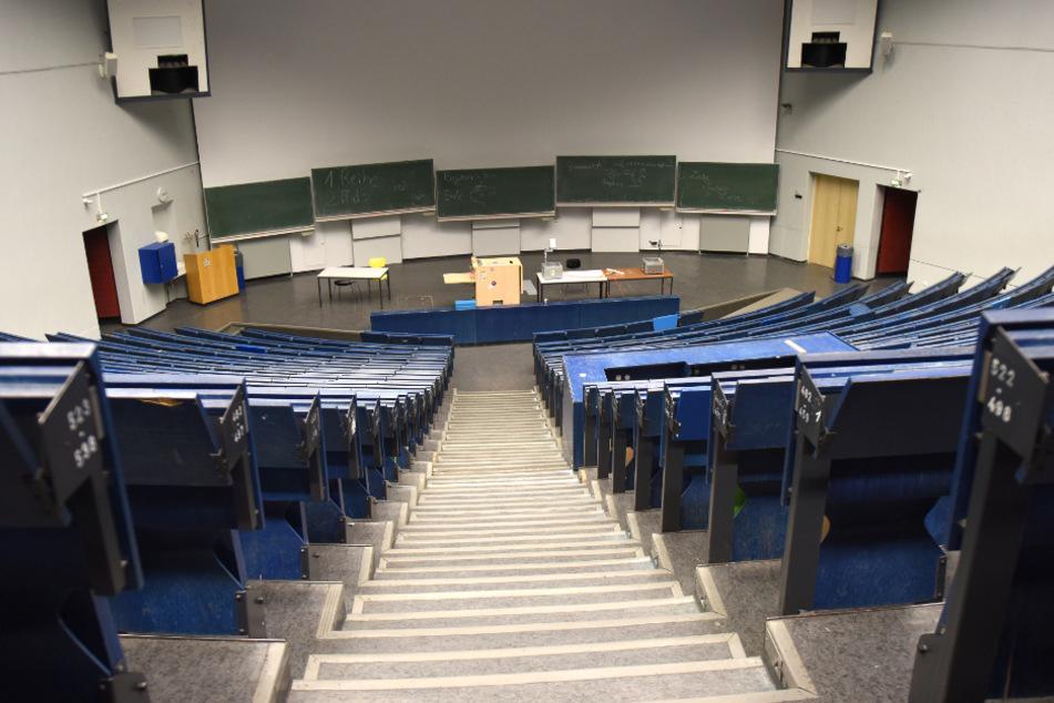 Ein Hörsaal ist menschenleer.