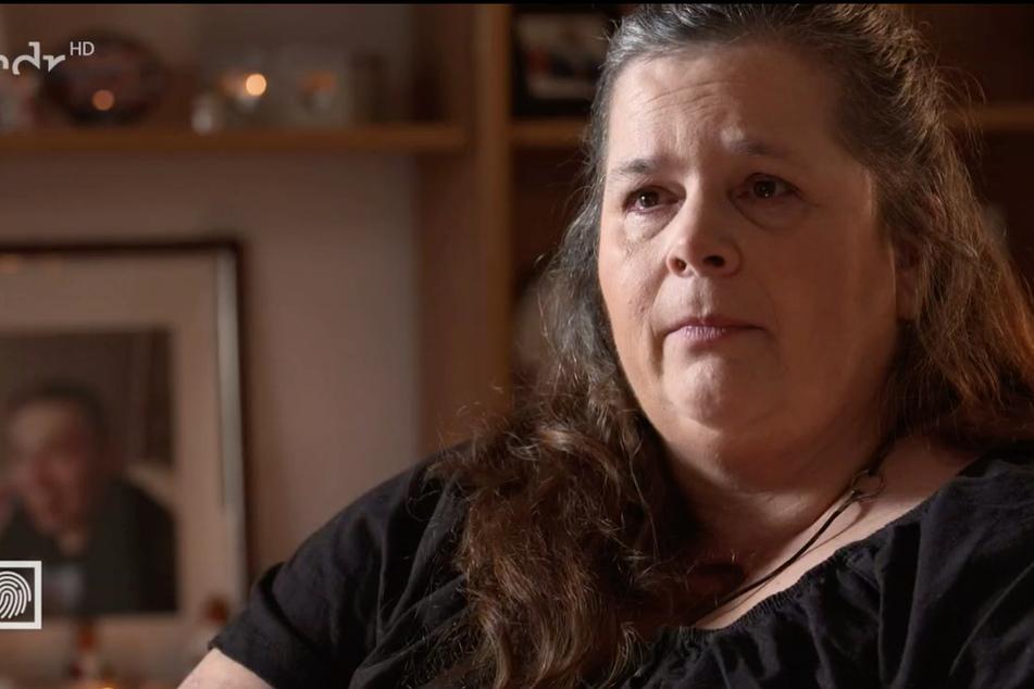 Matka Joy, Cornelia K.  , uzależniona od narkotyków od czasu morderstwa, jako efekt uboczny unosi się w jej ciele.