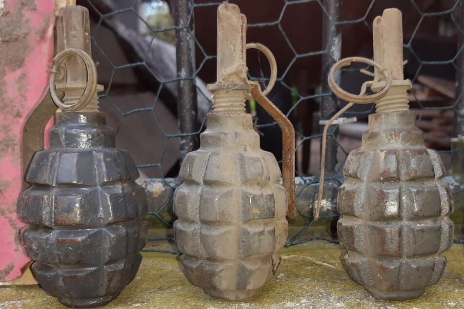 Explosiver Fund! Handgranaten bei Dacharbeiten im Landkreis Bautzen entdeckt