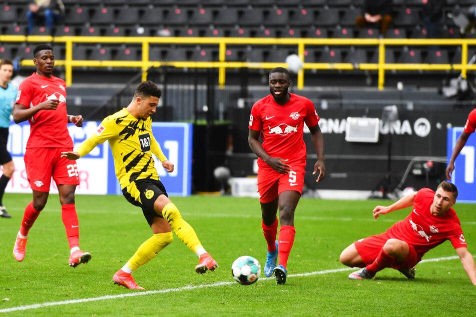 Die Entscheidung: Doppelpacker Jadon Sancho (3.v.l.) drückt die Kugel zum 3:2 für Borussia Dortmund über die Linie.