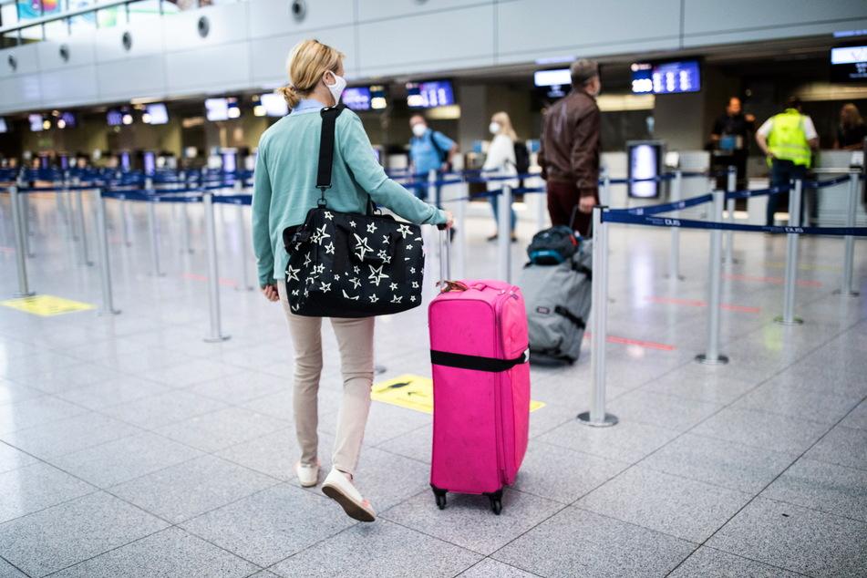 Check-in am Flughafen nur mit Maske. Auch im Flieger muss ein Mund-Nase-Schutz getragen werden.