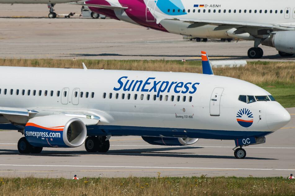 Eine Boeing 737-800 der Fluggesellschaft SunExpress rollt am Flughafen Stuttgart zur Startbahn.