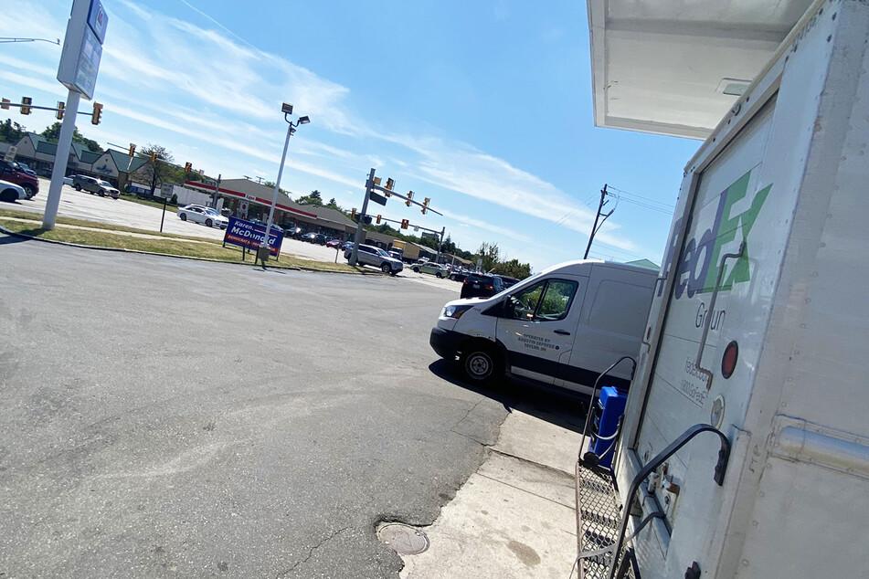 """""""Come get this bitch"""" (deutsch: komm und hol diese Schlampe), schrieb Lancaster an dieses Foto vom """"Fed Ex Ground""""-Fahrzeug."""