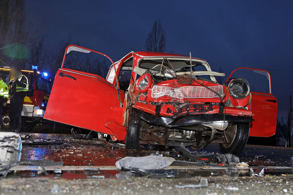 Der Trabi war nach dem Crash nur noch Schrott! Er wurde heftig zusammengedrückt.