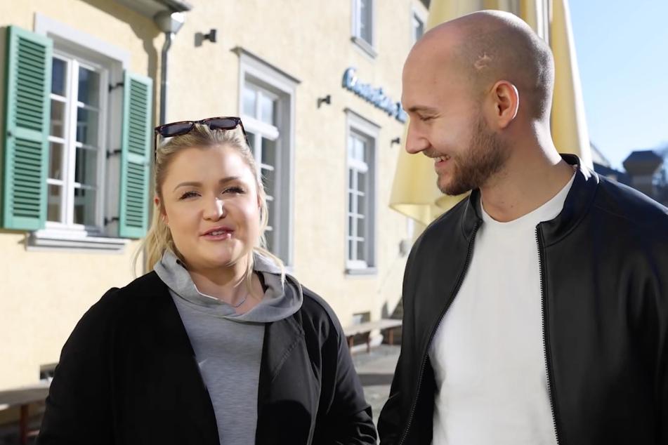 Sophia Thiel und Raphael stehen vor dem Café, in dem sie ihr erstes offizielles Date hatten.