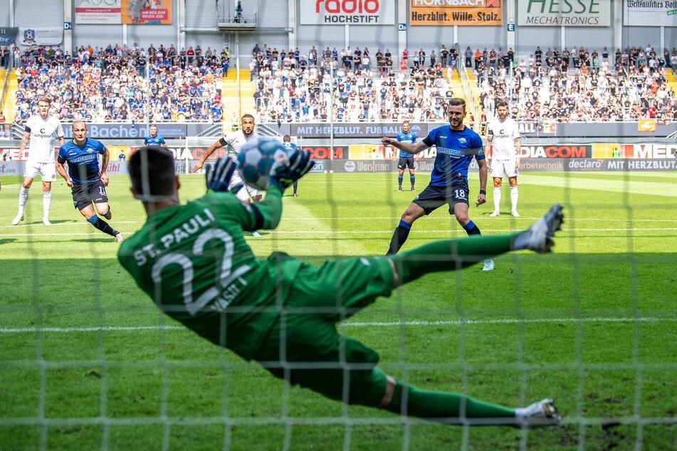 St.-Pauli-Keeper Nikola Vasilj (25) hält den Elfmeter von Paderborns Dennis Srbeny (27).