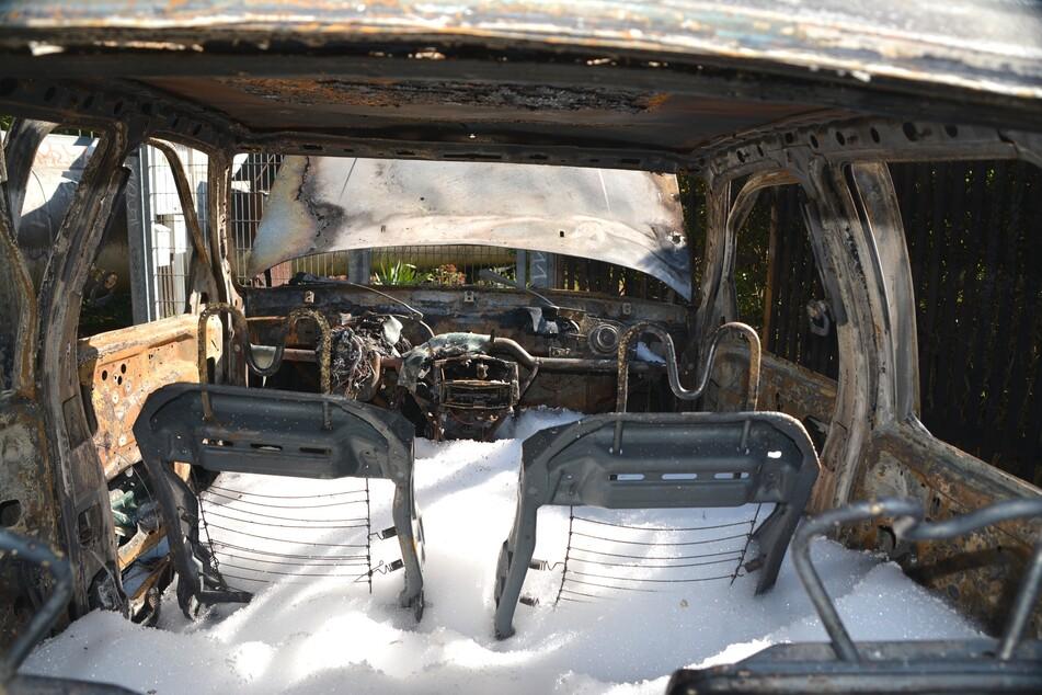 Der alte Ford brannte komplett aus.