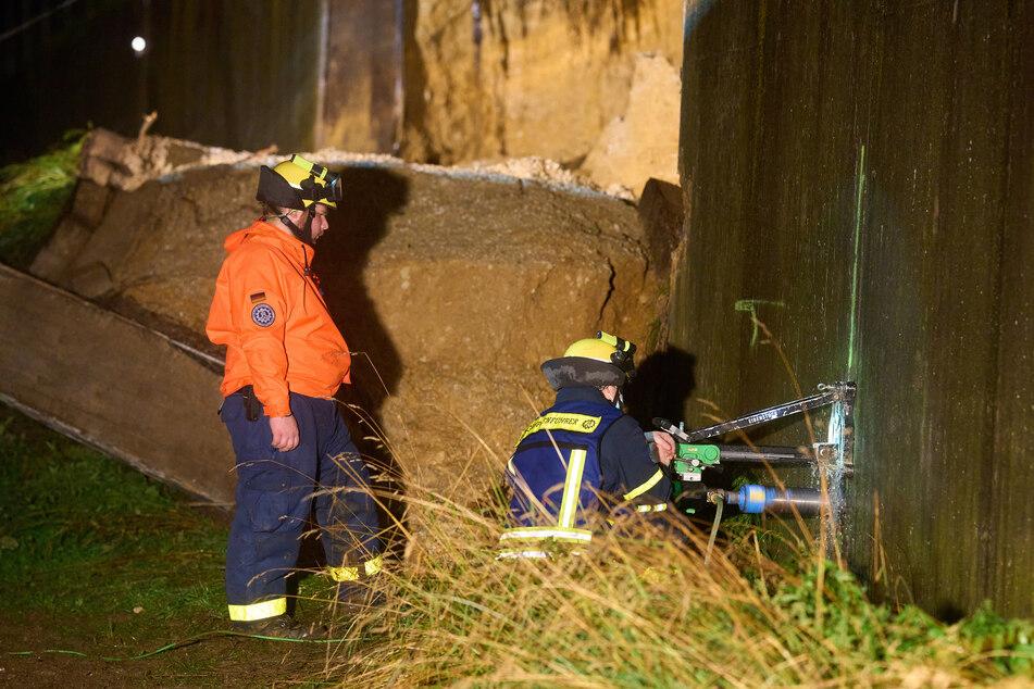 THW-Helfer sichern in Beller (Kreis Ahrweiler) die Stützmauer einer Brücke der Autobahn A61, die zuvor aufgrund von Unterspülung eingestürzt ist.