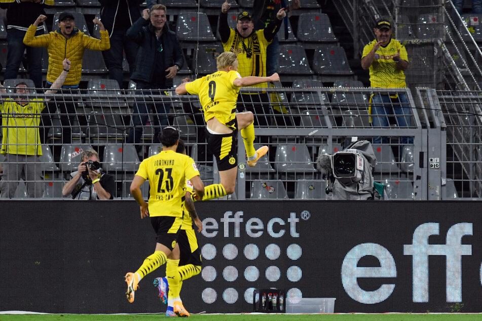 Nordrhein-Westfalen, Dortmund: Fußball: Bundesliga, Borussia Dortmund - Borussia Mönchengladbach, 1. Spieltag im Signal Iduna Park. Dortmunds Erling Haaland (m) bejubelt sein Tor zum 2:0.