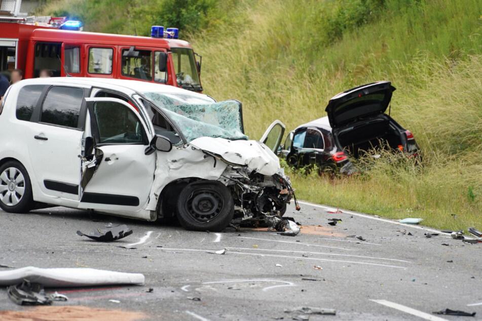 Zwei der Autos nach dem verheerenden Crash.