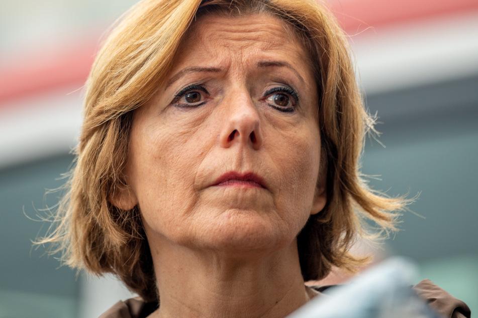 Die rheinland-pfälzische Ministerpräsidentin Malu Dreyer (60, SPD) ist während eines Besuchs bei der Berufsfeuerwehr Trier, bei dem sie sich über den Stand der Dinge bei den Unwetterschäden in Rheinland-Pfalz informierte, sichtlich mitgenommen.