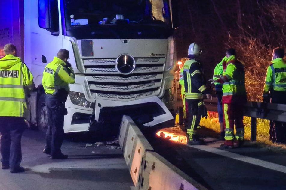 Beamte von Polizei und Feuerwehr untersuchen und sichern die Unfallstelle.