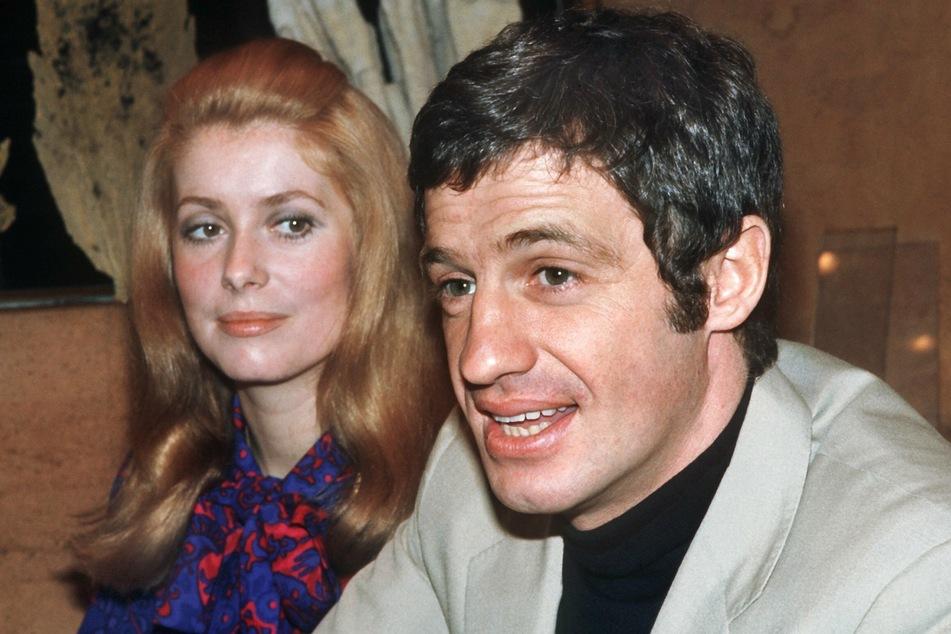 Jean-Paul Belmondo gemeinsam mit der französischen Schauspielerin Catherine Deneuve. (Archivbild)