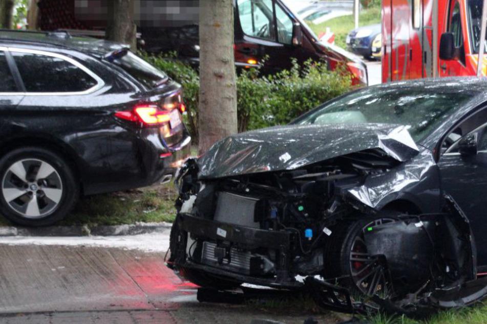 Heftiger Unfall! BMW und KIA krachen in Hellersdorf ineinander