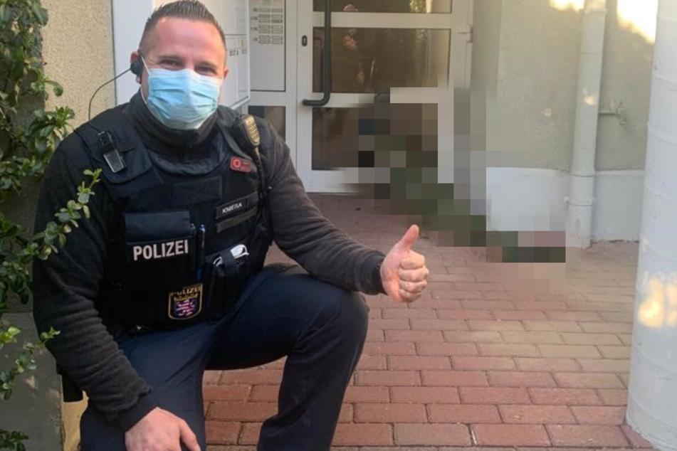 Kurios! Warum posiert dieser Polizist denn freudestrahlend vor Haustür?