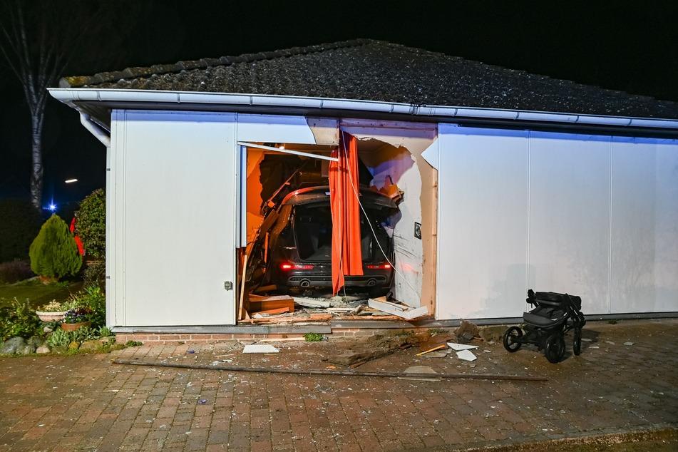 Horror-Unfall am frühen Morgen! Frau rast in Wohnhaus, Kleinkind mit im Auto