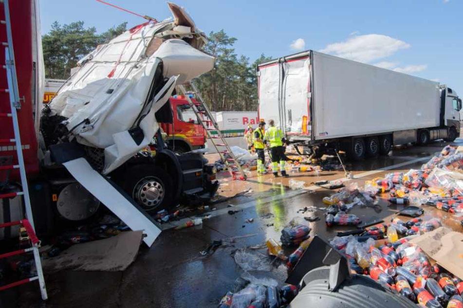 Der Lkw-Fahrer wurde bei dem Unfall eingeklemmt und erlag noch vor Ort seinen Verletzungen.