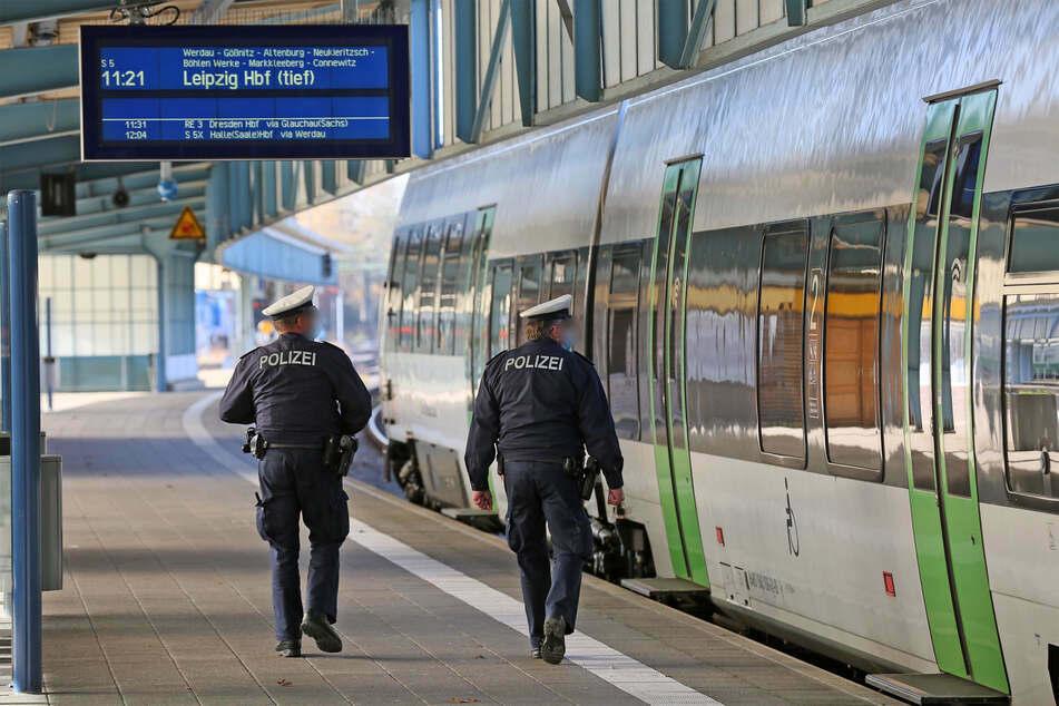 Ein Blick in den Zug: Die Bundespolizei kontrolliert am Zwickauer Hauptbahnhof die Maskenpflicht.