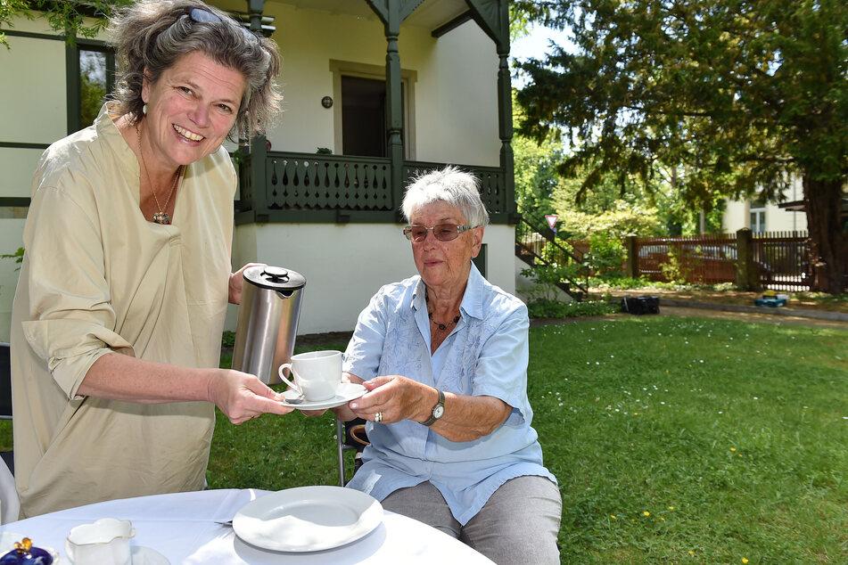 Auf Anregung von Rosemarie Fischer (86, r.) wurde die Blasewitzer Kaffeetafel ins Leben gerufen. Mit dabei: Die Chefin der Bürgerstiftung Katrin Sachs (52).