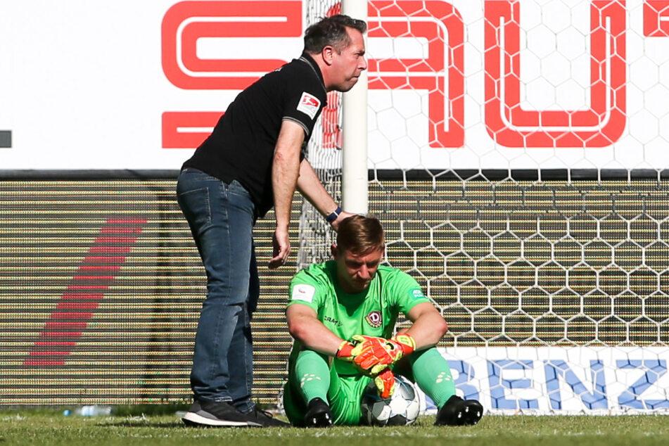 Sieg in Sandhausen, aber der Dresdner Abstieg war dennoch so gut wie besiegelt. Trainer Markus Kauczinski tröstete den enttäuscht auf dem Rasen sitzenden Keeper Kevin Broll.